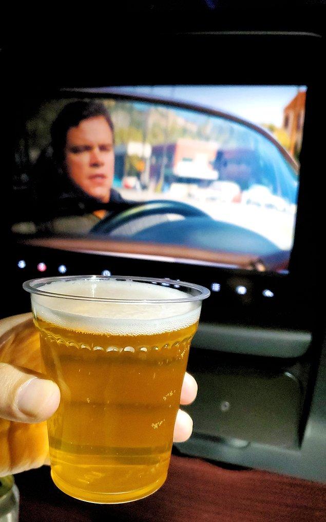 成田からモスクワへ向かうJAL国際線機内で映画を見ながらビールを飲む