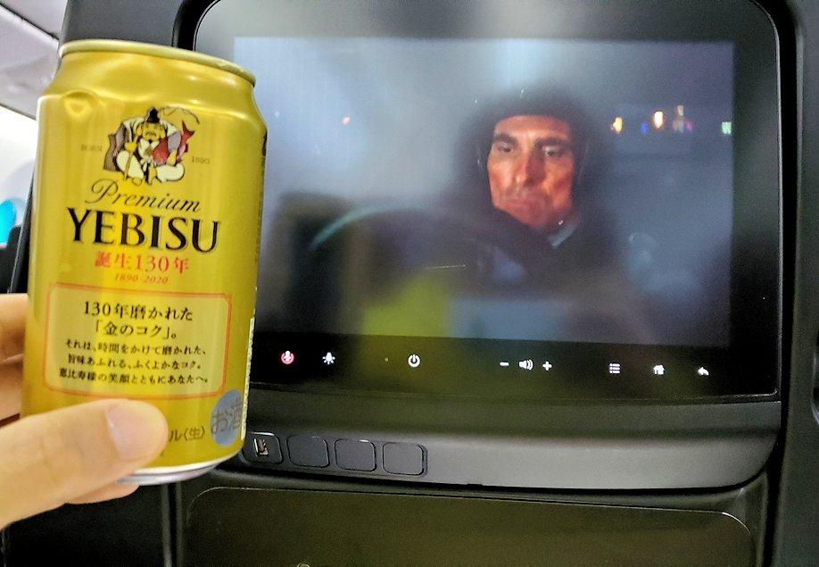 モスクワへ向かうJAL国際線機内で映画を見ながらエビスビールを飲む