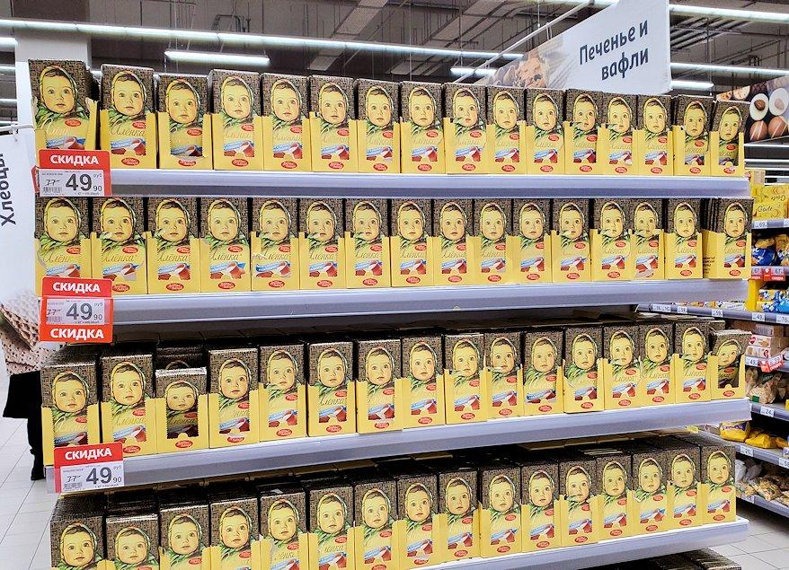 モスクワにあるショッピングセンター内のスーパーマーケットに置かれていた、大量のアリョンカ・チョコレート
