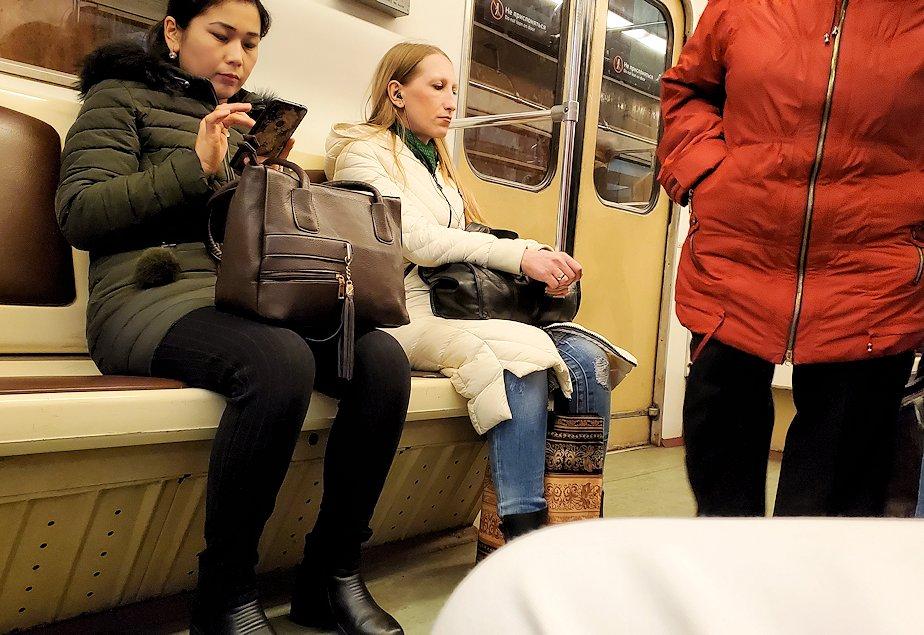 モスクワの地下鉄車両内の景色