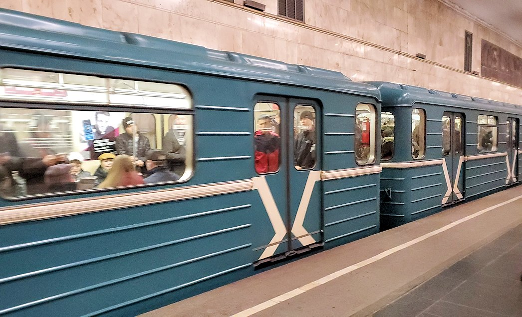モスクワ市内地下鉄の構内を走る車両