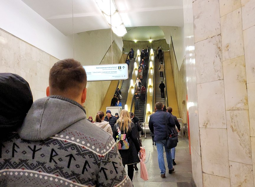 モスクワ市内地下鉄の構内から昇る、長いエスカレーター