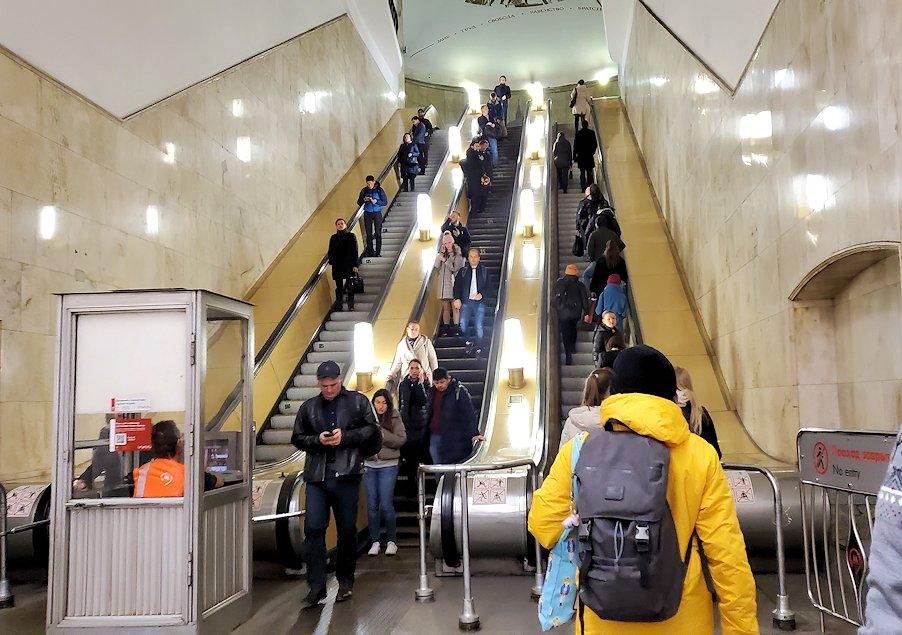 モスクワ市内地下鉄の構内から昇る、長いエスカレーター-2