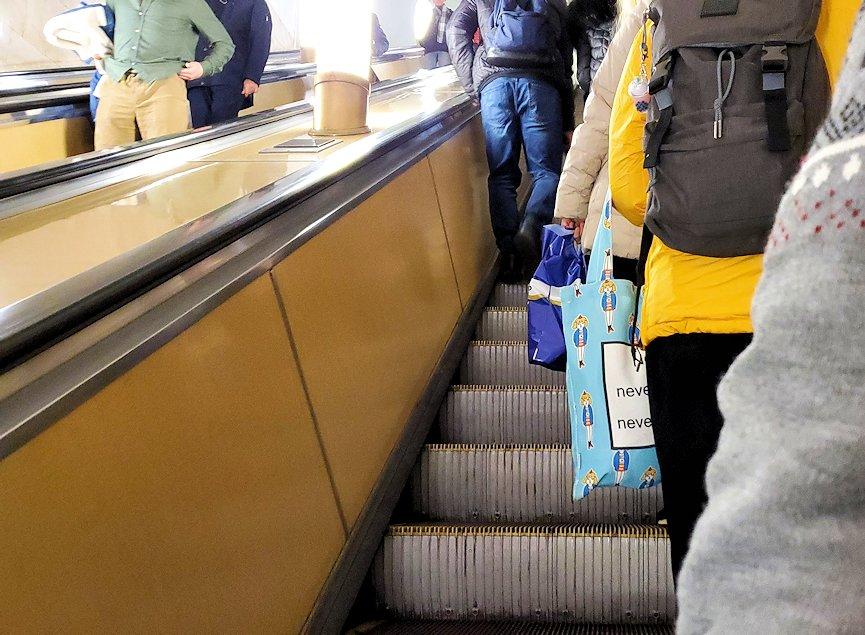 モスクワ市内地下鉄の構内から昇る、長いエスカレーター-3