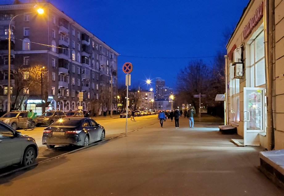 モスクワ市内地下鉄で駅を乗り換える為に歩く