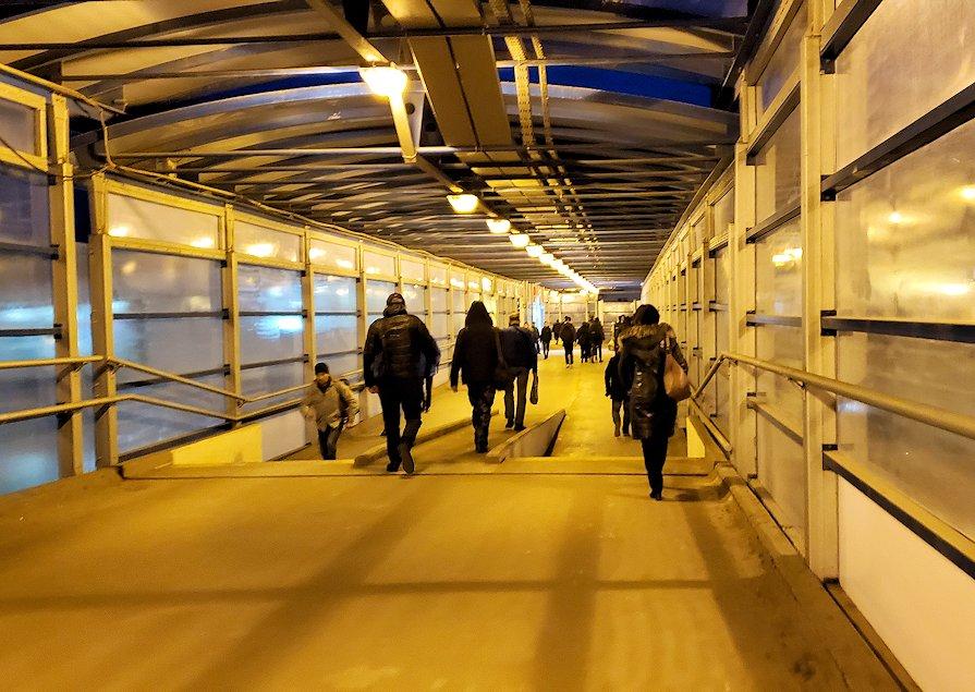 モスクワ市内地下鉄で駅を乗り換える為に歩く-3