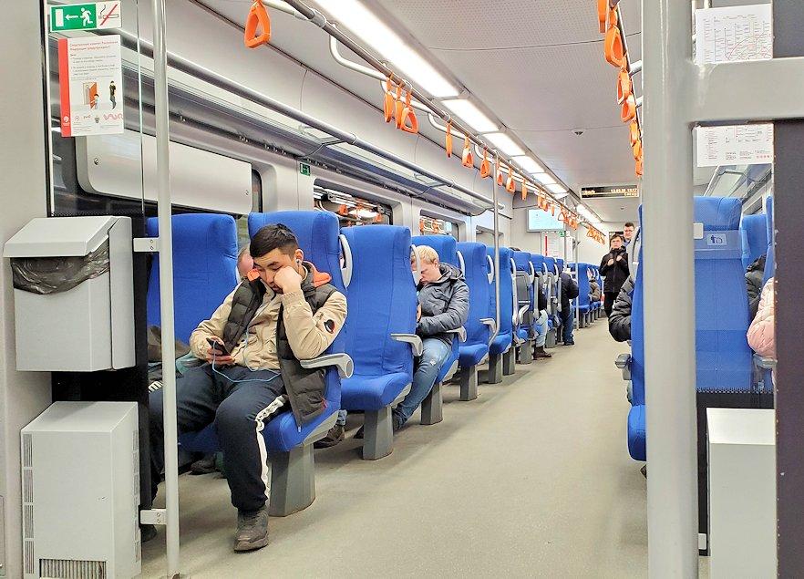 モスクワ市内を走るモスクワ中央環状線の車両内
