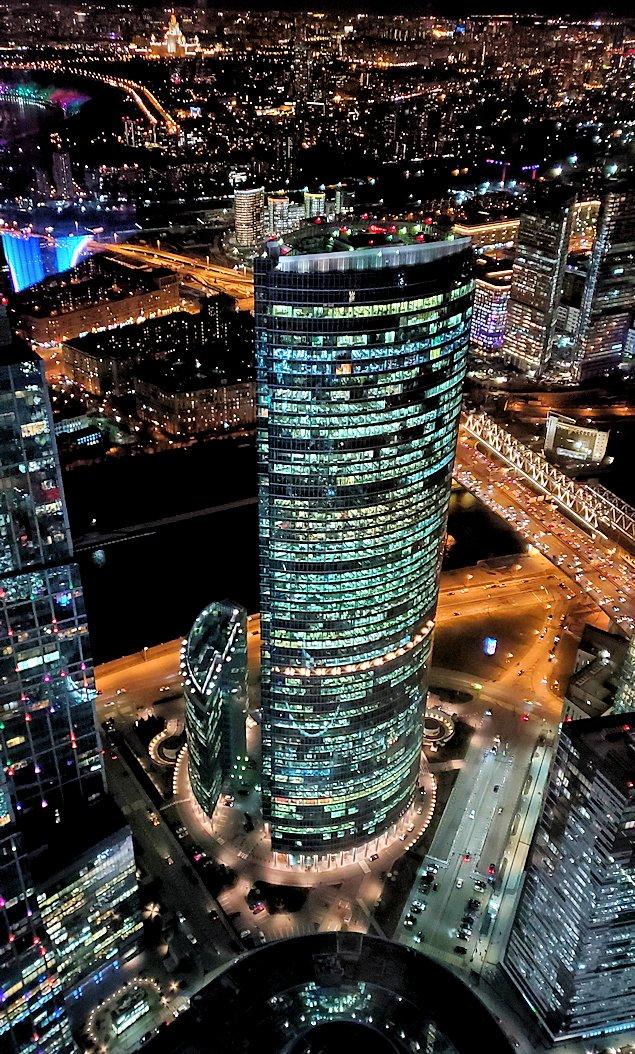フェデレーションタワーの展望台から見えるモスクワシティーの高層ビルディング群の夜景