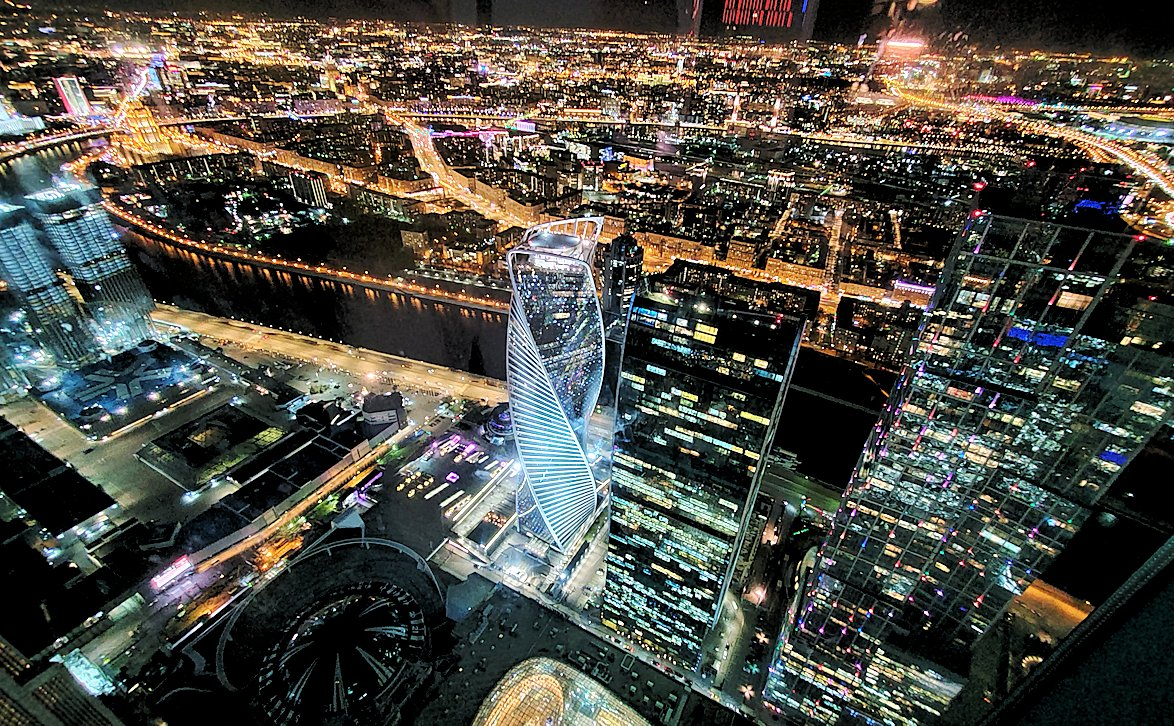 フェデレーションタワーの展望台から見えるモスクワシティーの高層ビルディング群の夜景-2