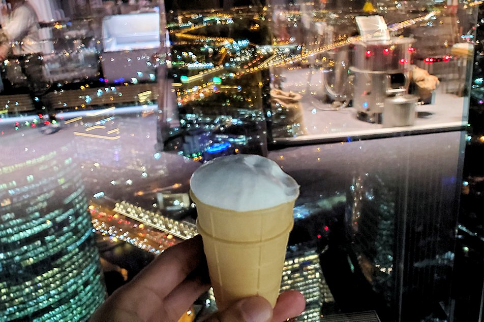 フェデレーションタワーの展望台で世界で最も高い場所で作るアイスクリームを食べる