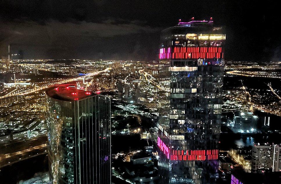 フェデレーションタワーの展望台からモスクワ市内の夜景を眺める
