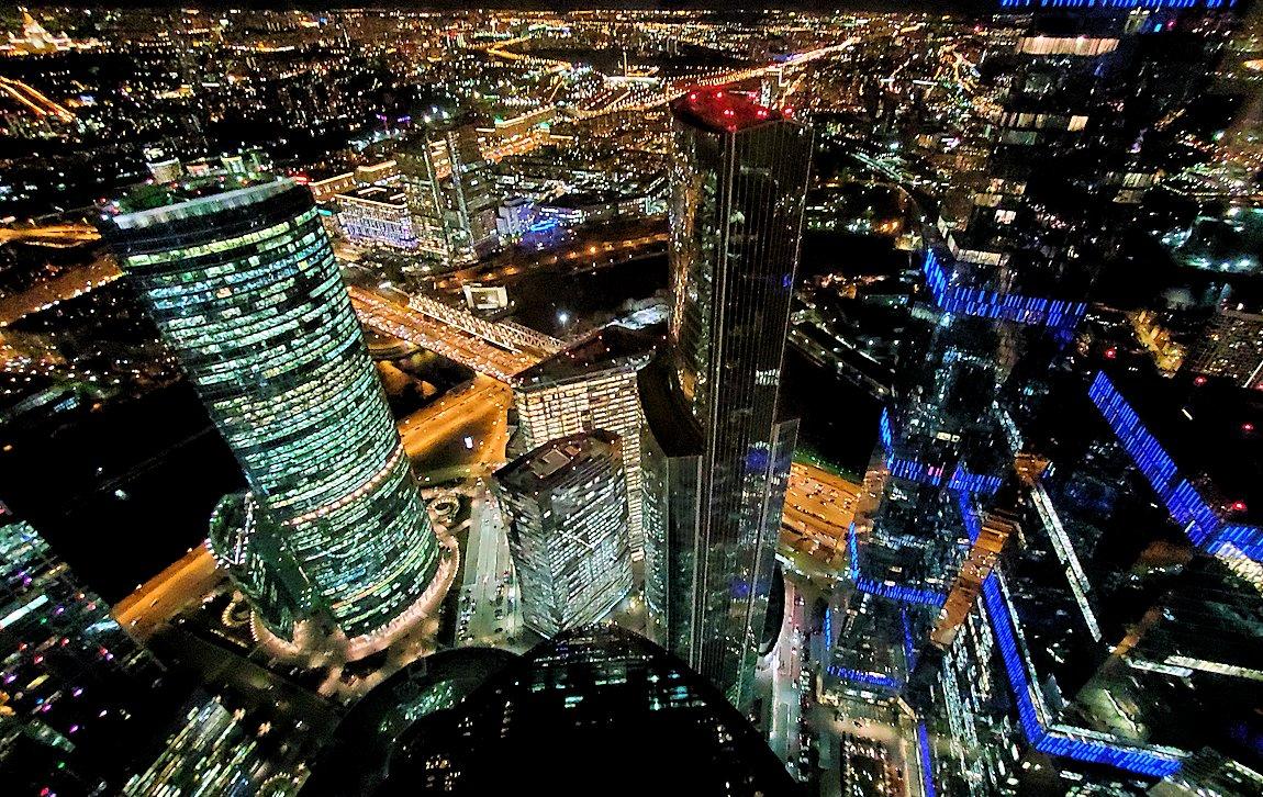 フェデレーションタワーの展望台からモスクワ市内の夜景を眺める-2