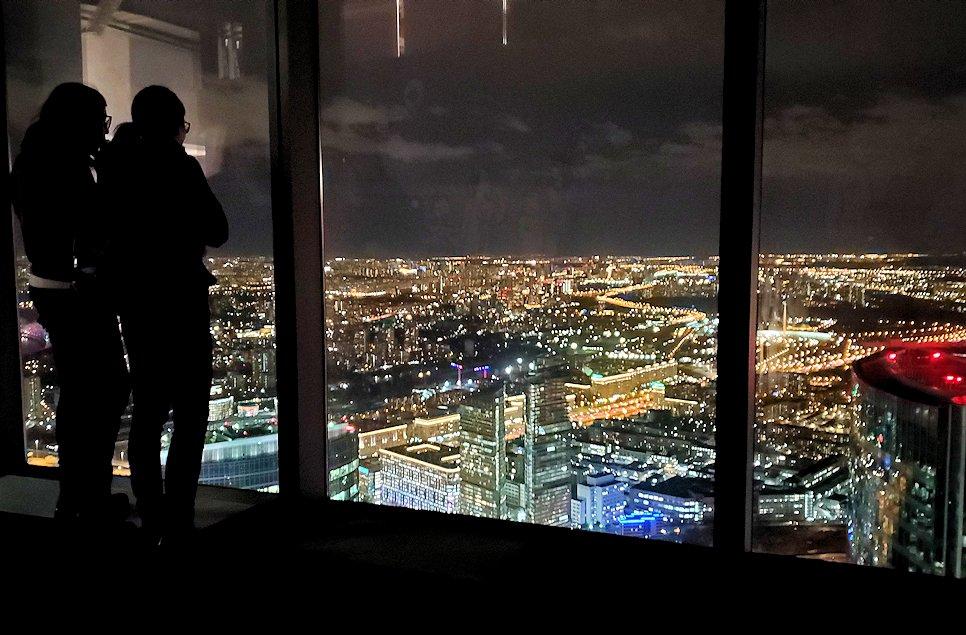 フェデレーションタワーの展望台からモスクワ市内の夜景を眺める人達
