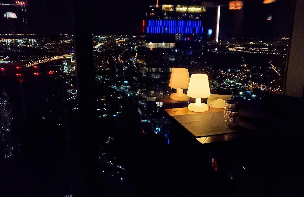 夜のフェデレーションタワーの展望台