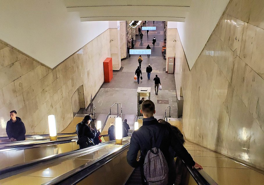 モスクワ市内の地下鉄構内へとエスカレーターを降りて行く