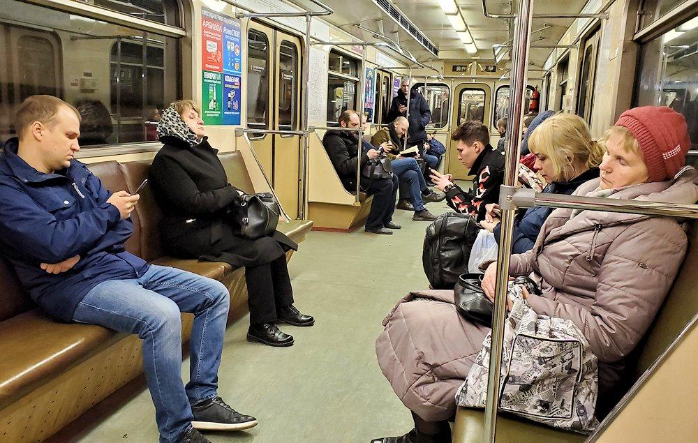 モスクワ市内の地下鉄車両内