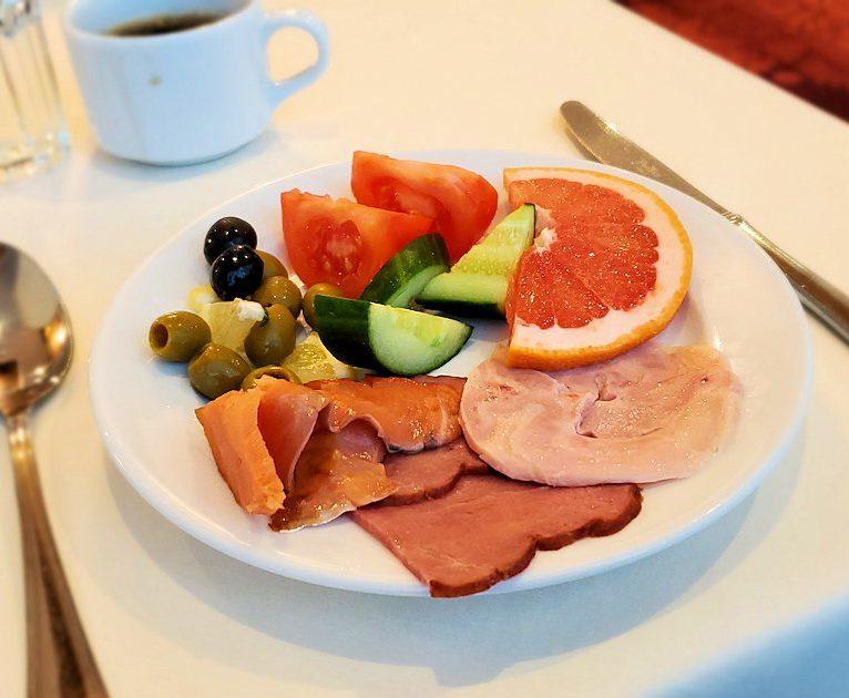 モスクワ市内のミラノホテルの朝食会場で食べた朝食-2