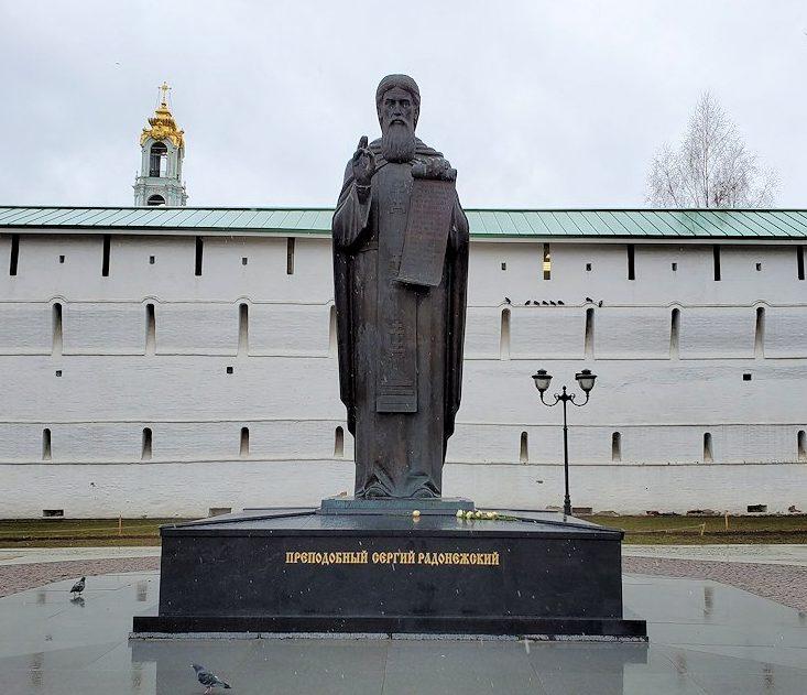 セルギエフ・ポサドに到着し、修道院入口のあった聖セルギイの像