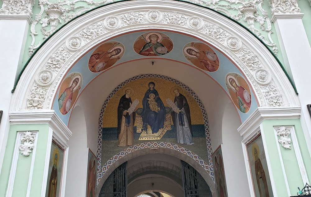 トロイツェ・セルギエフ大修道院群の入口に見えた宗教絵