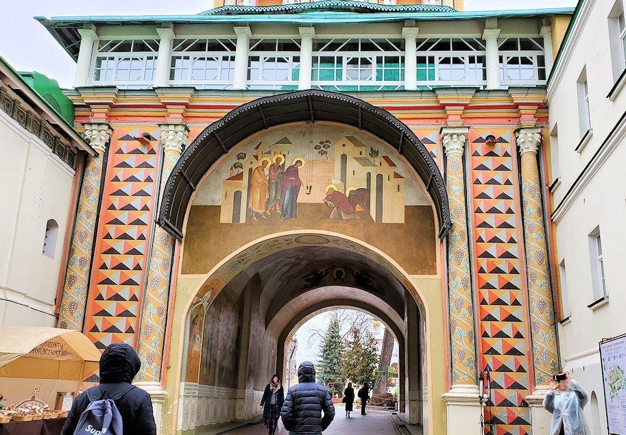 トロイツェ・セルギエフ大修道院群の入口通路に描かれたフレスコ画-2