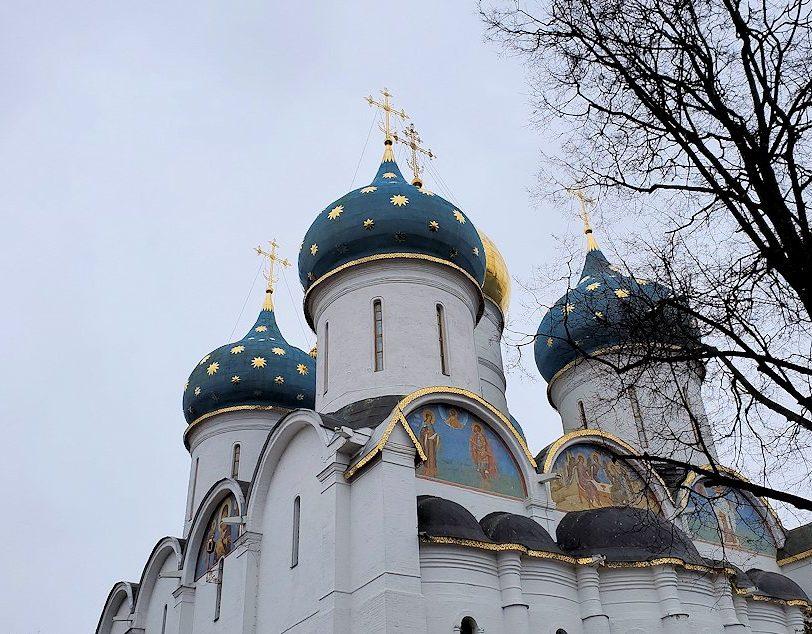 トロイツェ・セルギエフ大修道院群の敷地内で見られる建物