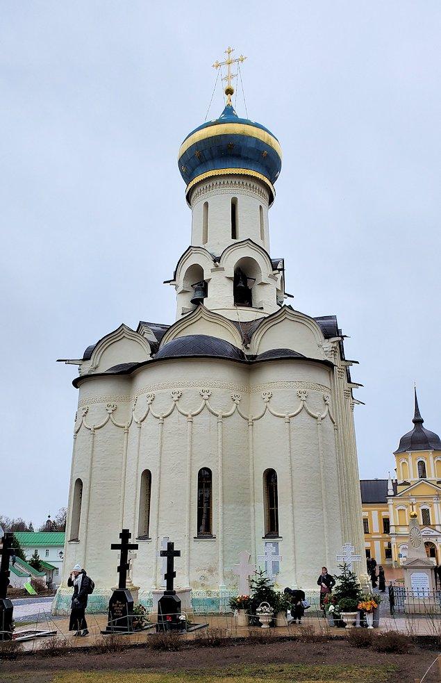 トロイツェ・セルギエフ大修道院群の敷地内で見られる建物-2