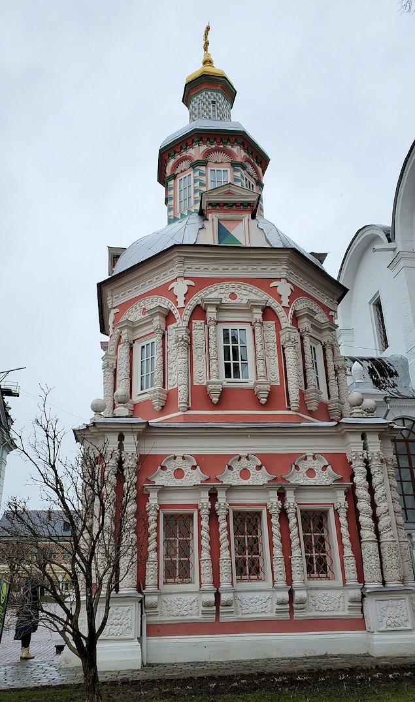 トロイツェ・セルギエフ大修道院群の敷地内で見られる建物-3