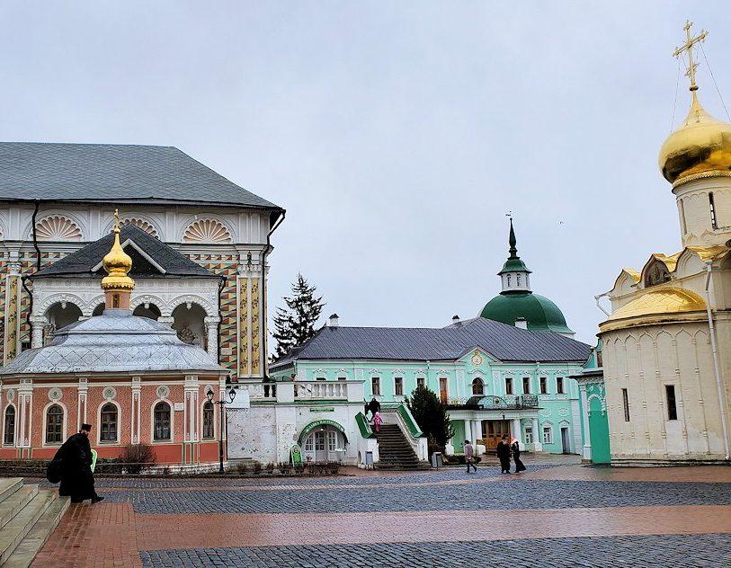 トロイツェ・セルギエフ大修道院にあるトロイツキー大聖堂周辺の景色-2