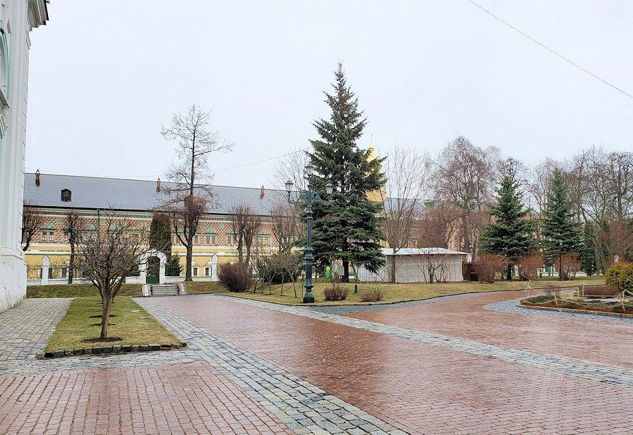 セルギエフ・ポサードにあるトロイツェ・セルギエフ大修道院敷地内の建物の様子-2