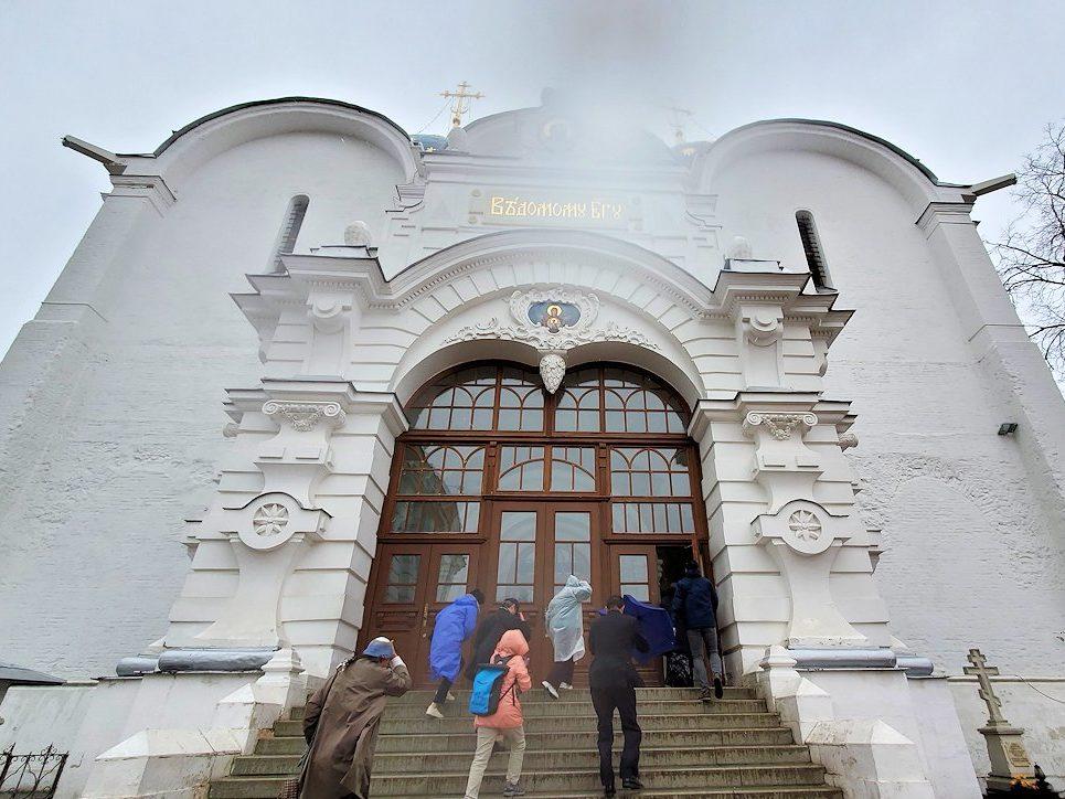 トロイツェ・セルギエフ大修道院のウスペンスキー大聖堂に入る