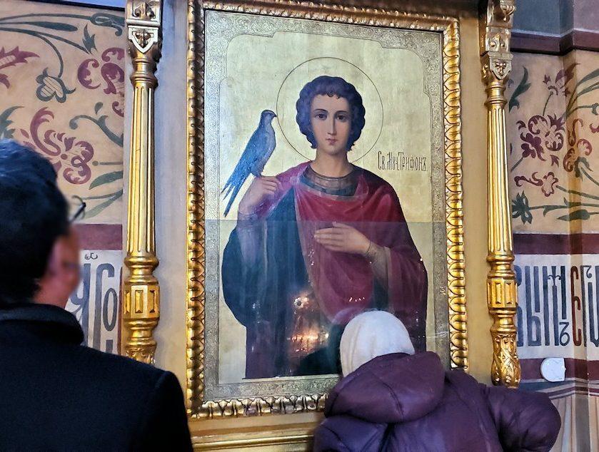 ウスペンスキー大聖堂内のイコンに口づけするオバサン