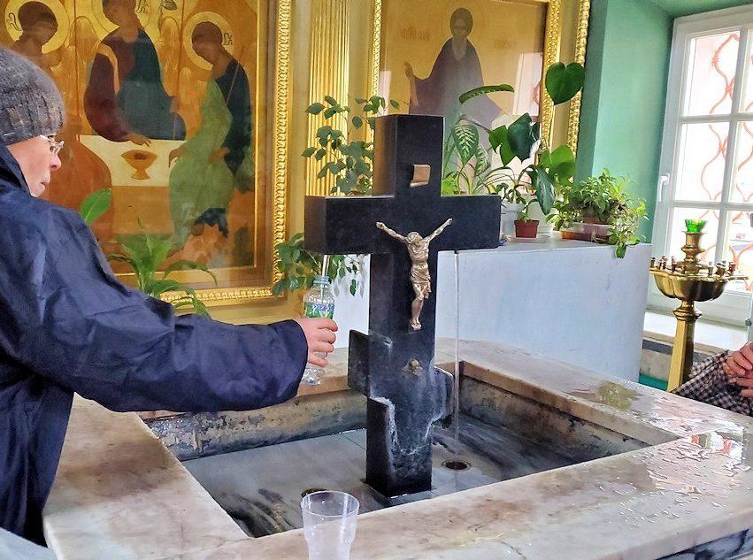 トロイツェ・セルギエフ大修道院にある礼拝堂内で水をくむ
