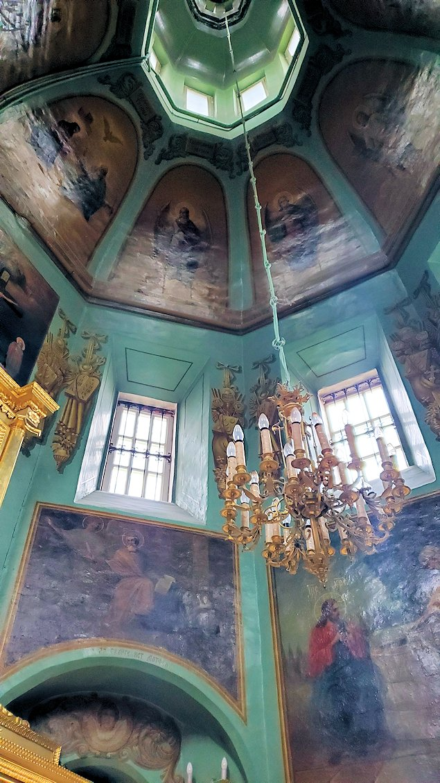 トロイツェ・セルギエフ大修道院にある礼拝堂に入る