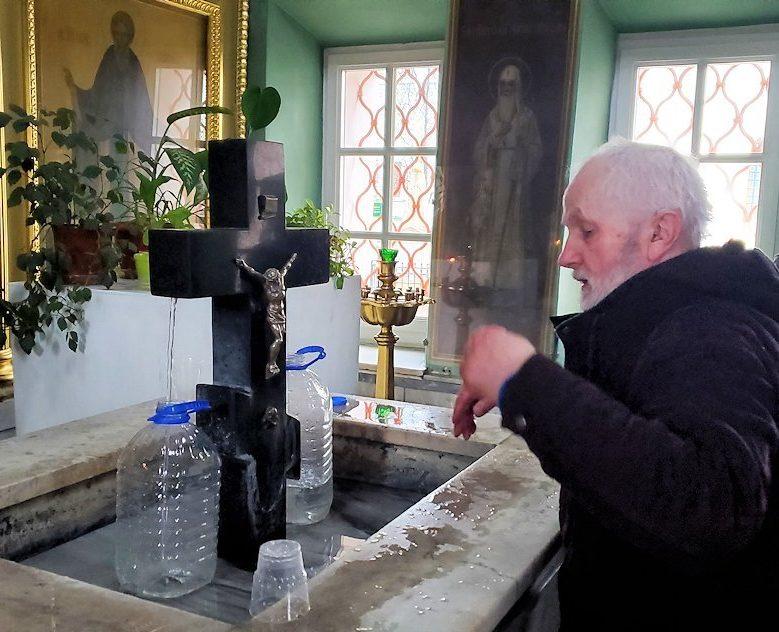 トロイツェ・セルギエフ大修道院にある礼拝堂内で水をくむオジサン