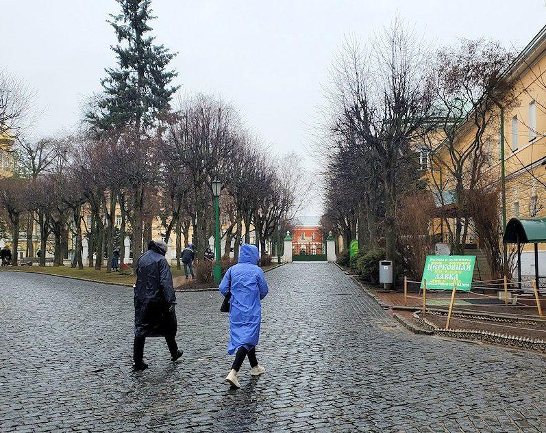 トロイツェ・セルギエフ大修道院の出口へと向かう