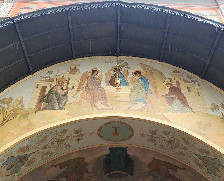 トロイツェ・セルギエフ大修道院にある建物に描かれているロシア正教の絵