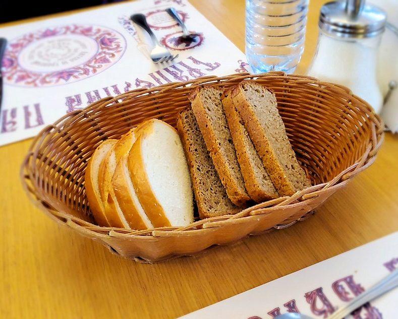 レストラン「トラペスナヤ・パラタ」で出てきたパン