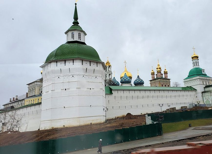 トロイツェ・セルギエフ大修道院をバスから眺める