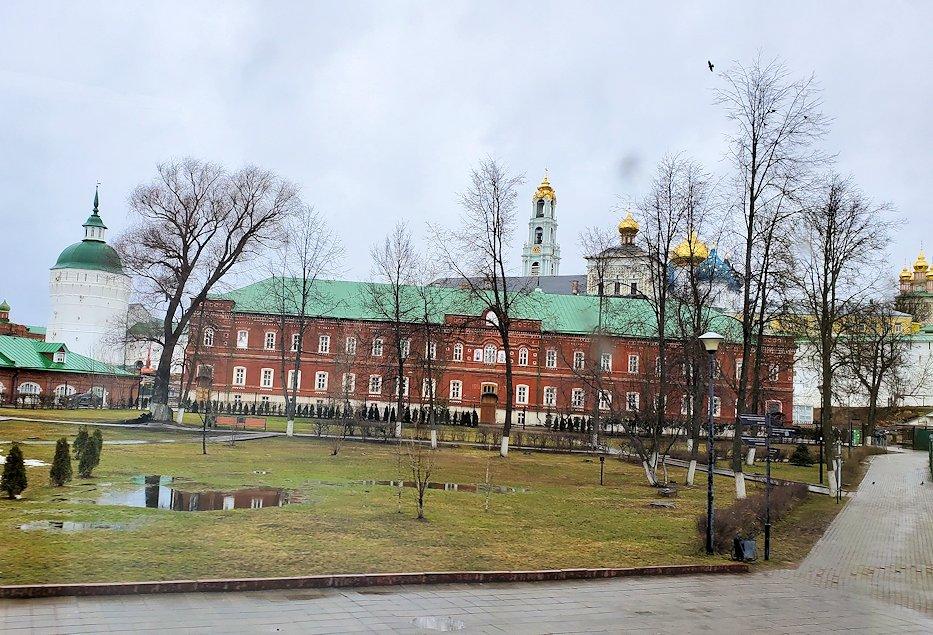 トロイツェ・セルギエフ大修道院をバスから眺める-2