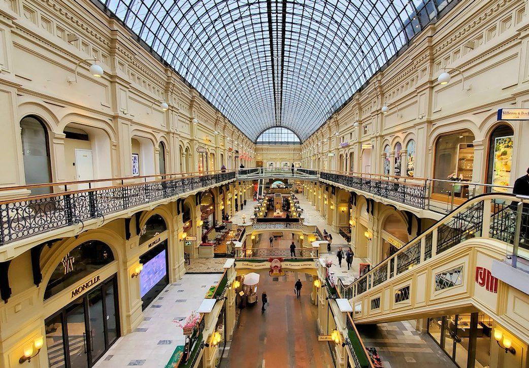 モスクワ市内にあるグム百貨店内を眺める