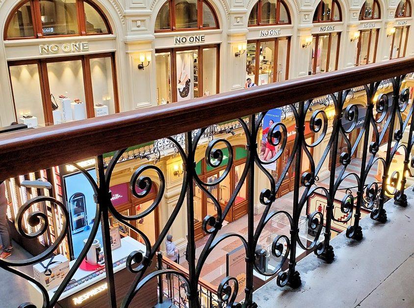 モスクワ市内にあるグム百貨店内の光景-2