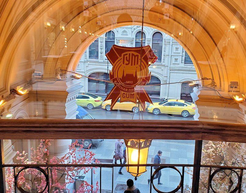 モスクワ市内にあるグム百貨店内から道路を眺める