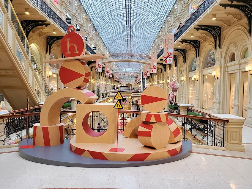 モスクワ市内にあるグム百貨店内の景色を眺める