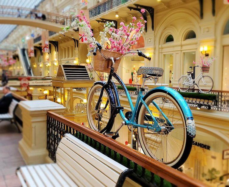 モスクワ市内にあるグム百貨店内に飾られていた自転車
