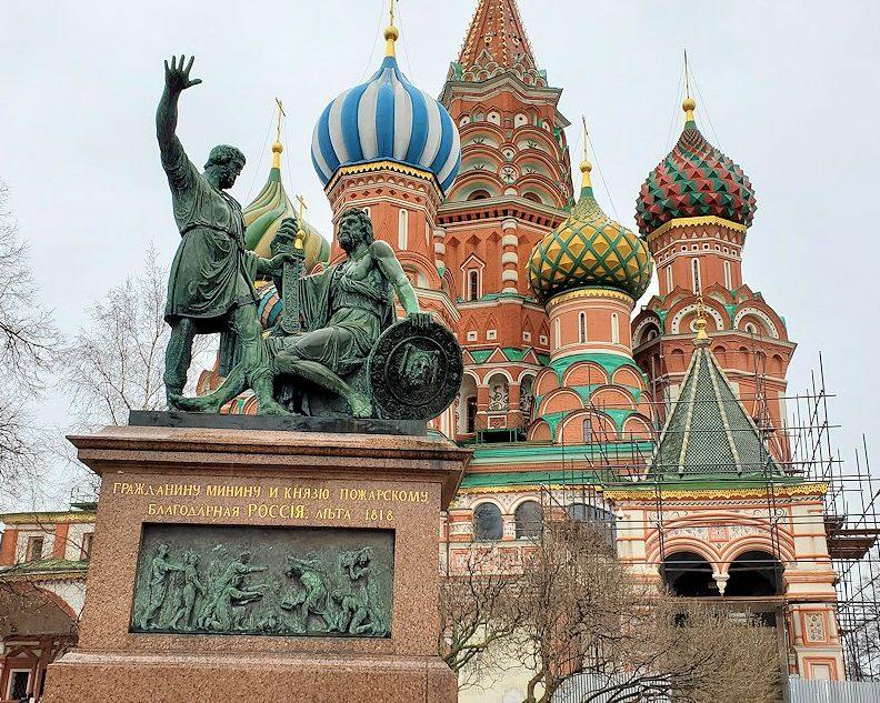 聖ワシリー寺院前にある銅像