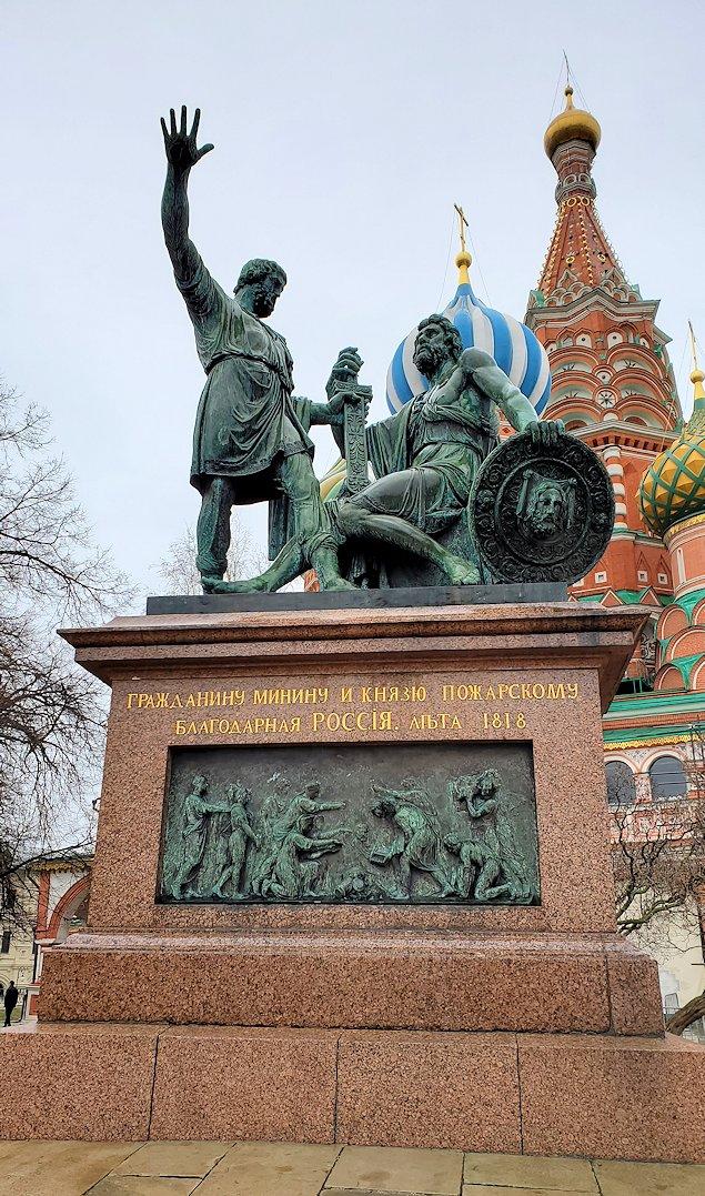 赤の広場の一角にある、聖ワシリー寺院の前に立つ「ミーニンとポジャルスキー」の銅像