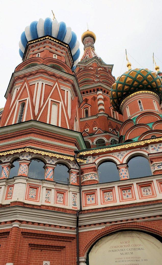 赤の広場の一角にある、聖ワシリー寺院を見上げる