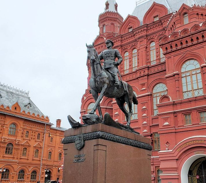 マネージュ広場に立つゲオルギー・ジューコフ元帥の像-2