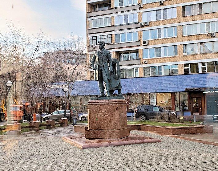 モスクワ市内を走るバスから見えた銅像