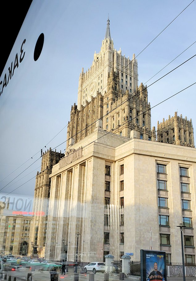 """モスクワ市内を走るバスから見えた""""スターリン・クラシック様式""""の建物"""
